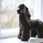 Häst i ett fönster.