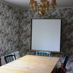 Konferensbordet och projektorduk.